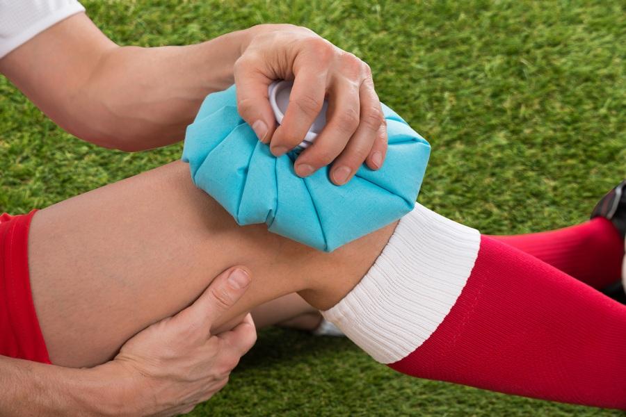 оказать помощь при травмировании коленного сустава